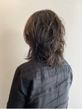 くせ毛を活かしたミディアムウェーブ