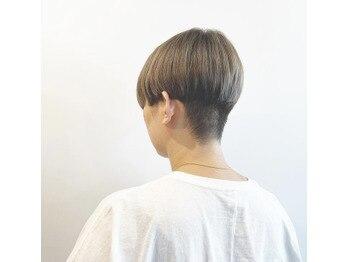 白髪ぼかしカラー×ハンサム刈り上げショート